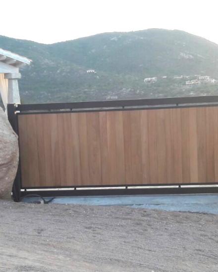 cancello in legno e ferro battuto
