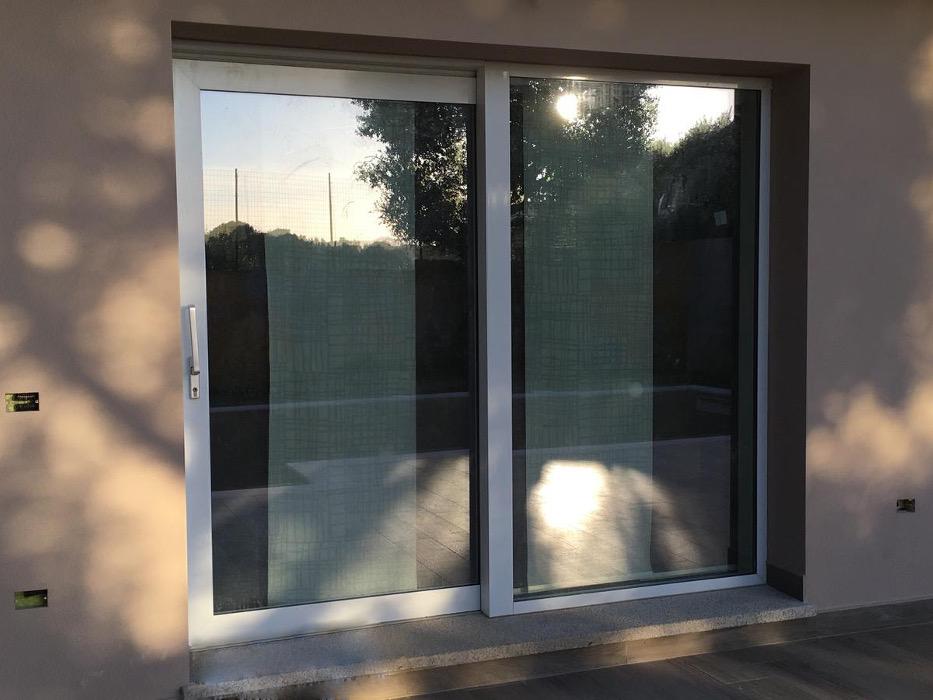 porta finestra scorrevole grigia alluminio